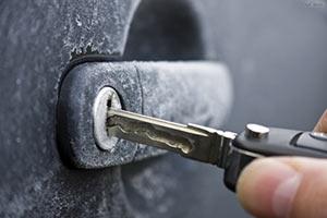 Открыть замерзший замок автомобиля